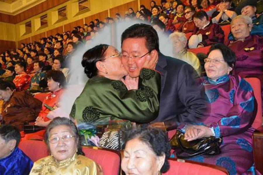 """21 ээж Монгол Улсын Ерөнхийлөгчөөс """"Алдар эх"""" одонгоо гардлаа"""