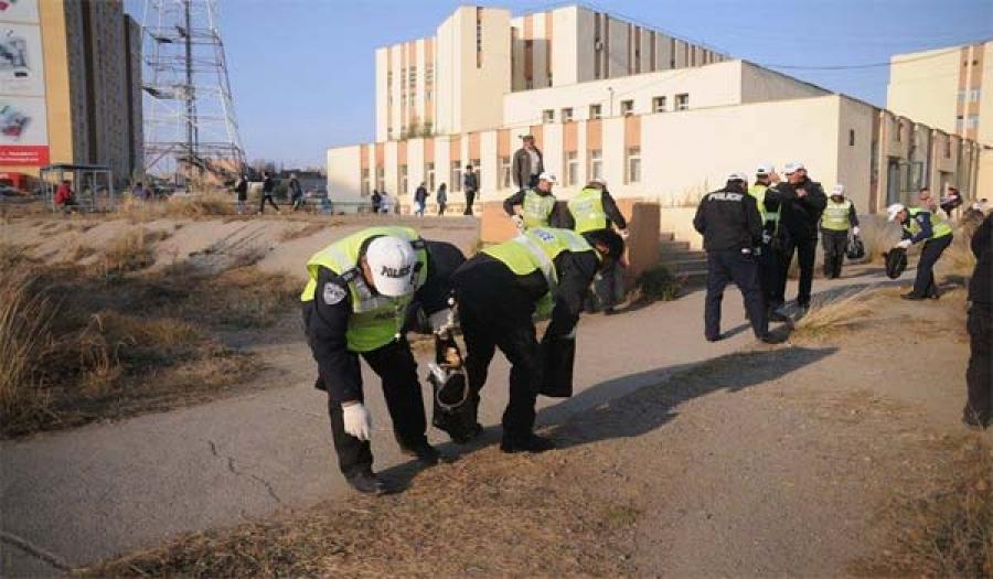 Цагдаагийн ахлагч нар эх нялхасын гадна талбайг цэвэрлэлээ