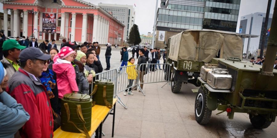 Иргэд Чингисийн талбайд цэргийн хоол зооглов
