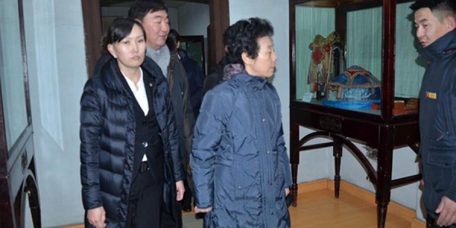 Хатагтай Янь Зюньчи тэргүүтэй төлөөлөгчид Богд хааны ордон музейд зочиллоо