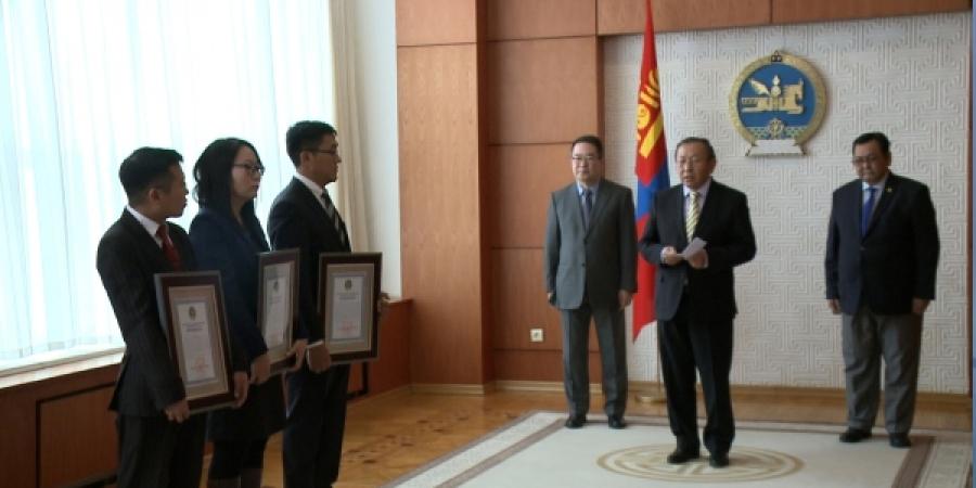 Монгол Улсын Ерөнхийлөгчийн нэрэмжит шагнал хүртээлээ