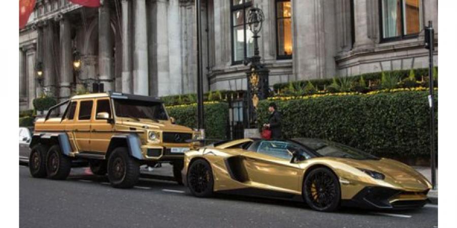 Лондонгийн гудамжин дахь алтаар бүрсэн машинууд