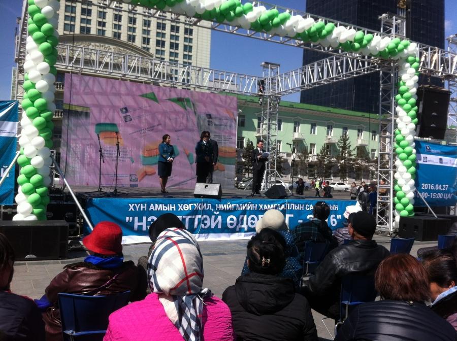 Нийгмийн хамгааллын салбарынхан Чингисийн талбай дээр ажиллаж байна
