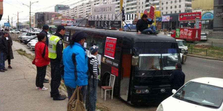 Цөхөрсөн залуу автобусаа шатааж, МУ-ын иргэншлээс татгалзана гэв