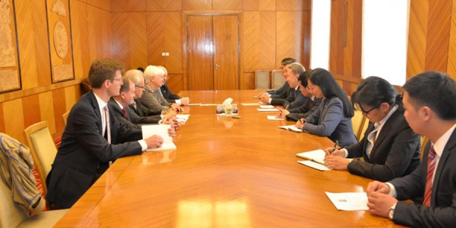 УИХ-ын гишүүд ХБНГУ-ын Бундестагийн гишүүн Г.Хассельфэльдттэй уулзлаа