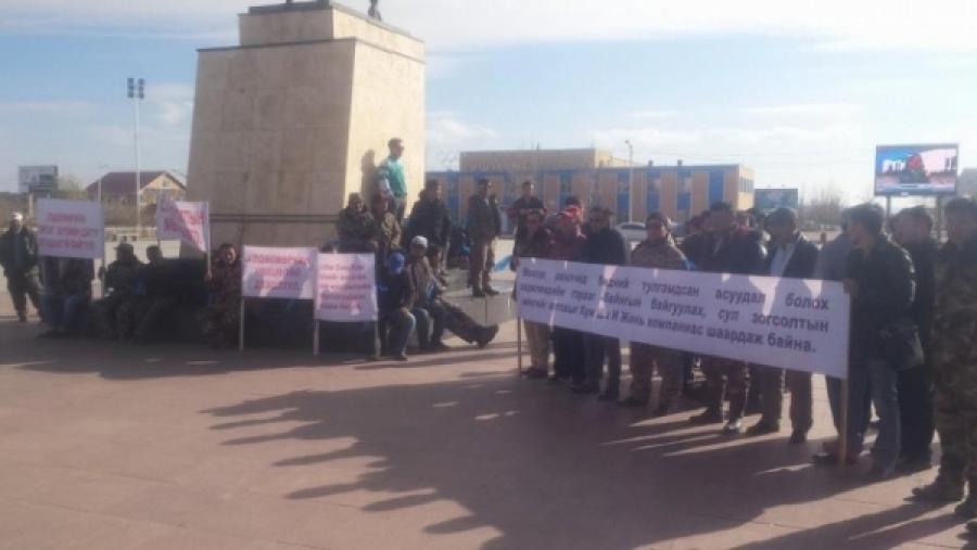 """""""Хун Ша И Жан"""" ХХК-ийн Монгол ажилчид сул зогсолтын мөнгөө шаардаж, жагслаа"""