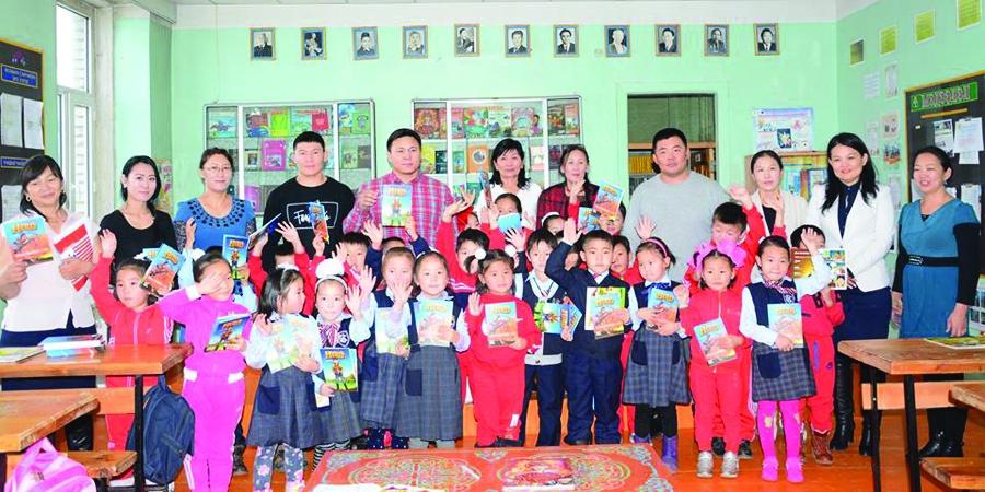 """""""Хантайшир"""" дэвжээнийхэн сурагчдад 200 ширхэг үлгэрийн ном бэлэглэжээ"""