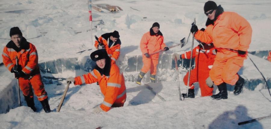 Автомашинтайгаа мөсөнд цөмөрсөн иргэдийг аварчээ