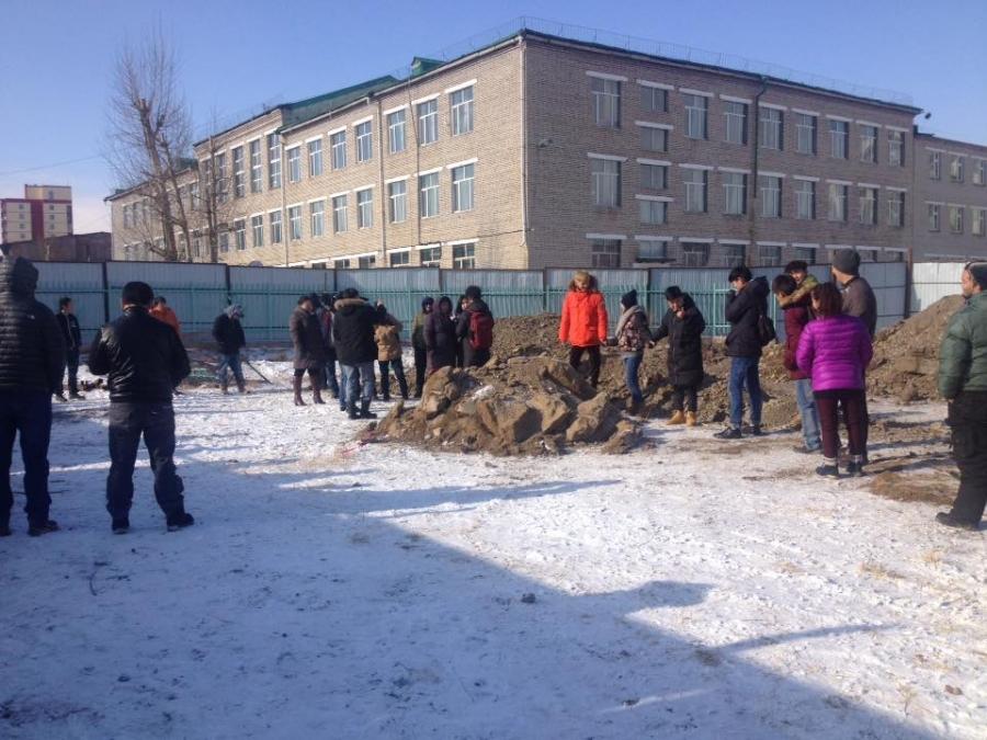 Тусгай сургуулийн хашаанд барилга барих гэж байжээ