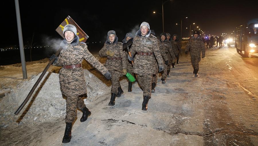 Цэргүүд цас цэвэрлэлээ
