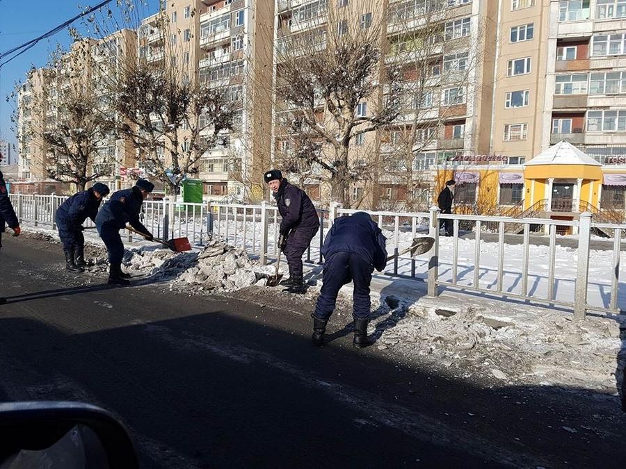 Саппорогоос Таван шар хүртэлх автозам дагуух цасыг цэвэрлэж байна