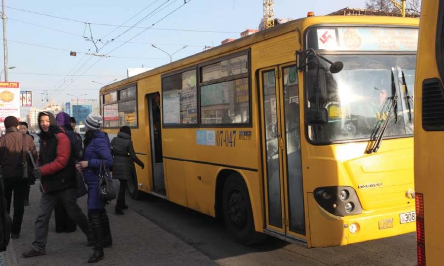 Автобус огцом тоормослосноос болж зорчигч хүндээр гэмтжээ