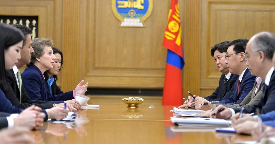 """""""Монгол бол өнөөдөр л эдийн засгийн хямралтай болохоос ирээдүй нь өөдрөг орон"""""""