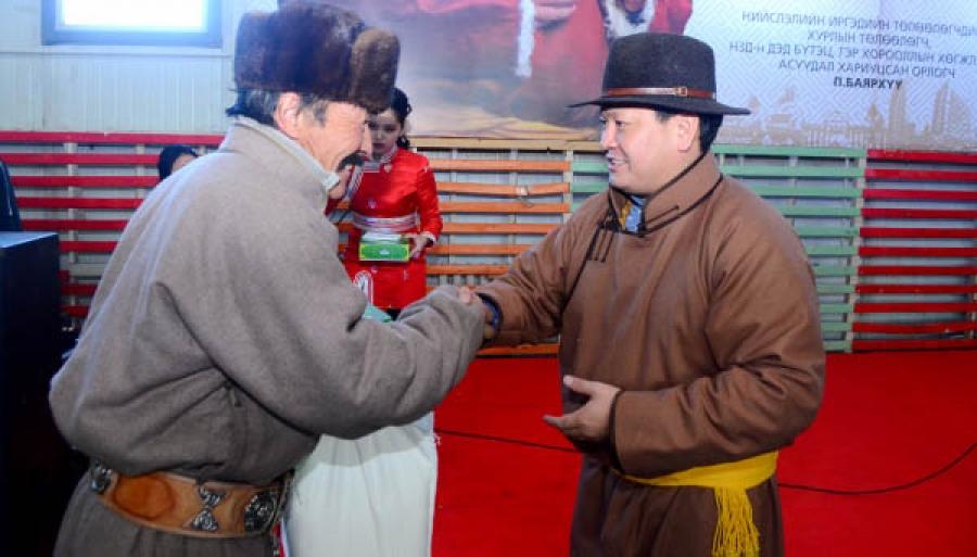 НИТХ-ын төлөөлөгч П.Баярхүү ахмадуудаа хүлээн авч, хүндэтгэл үзүүлэв