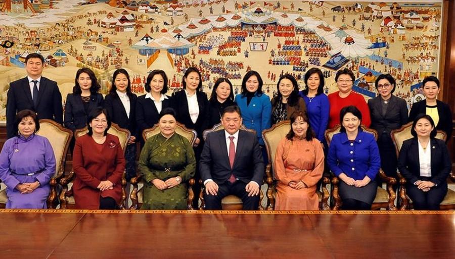 Төрийн түшээ эмэгтэйчүүдэд баяр хүргэлээ