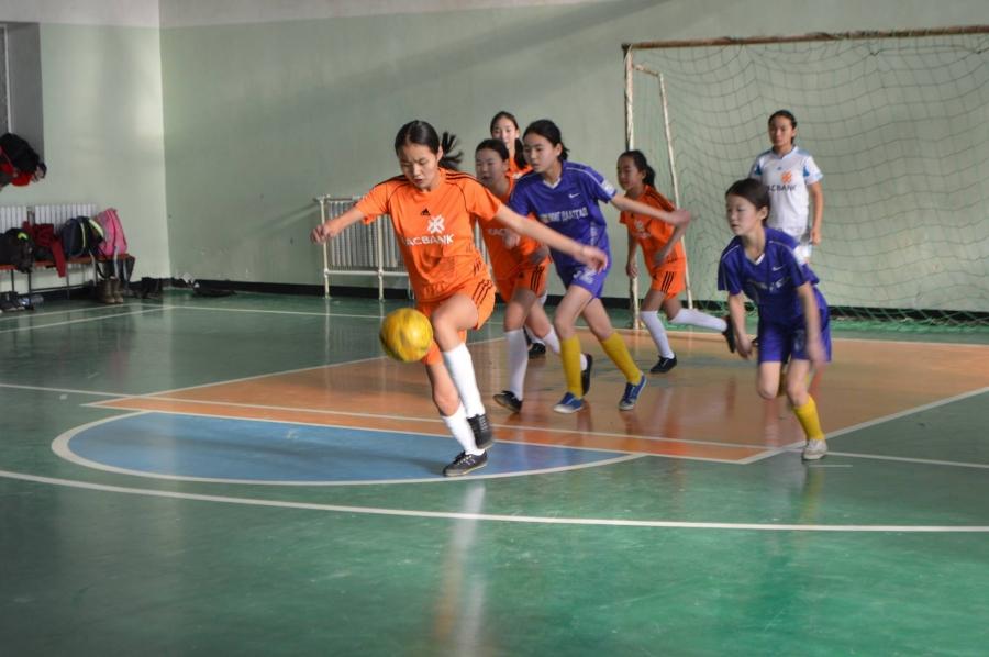 Охид хөлбөмбөгөөр өрсөлдөнө