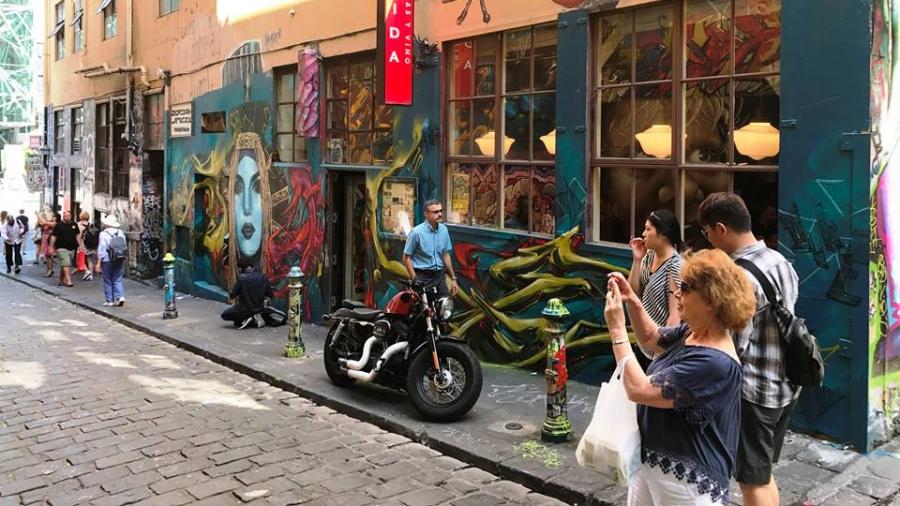 Укаг Австралийн гудамжинд зуржээ