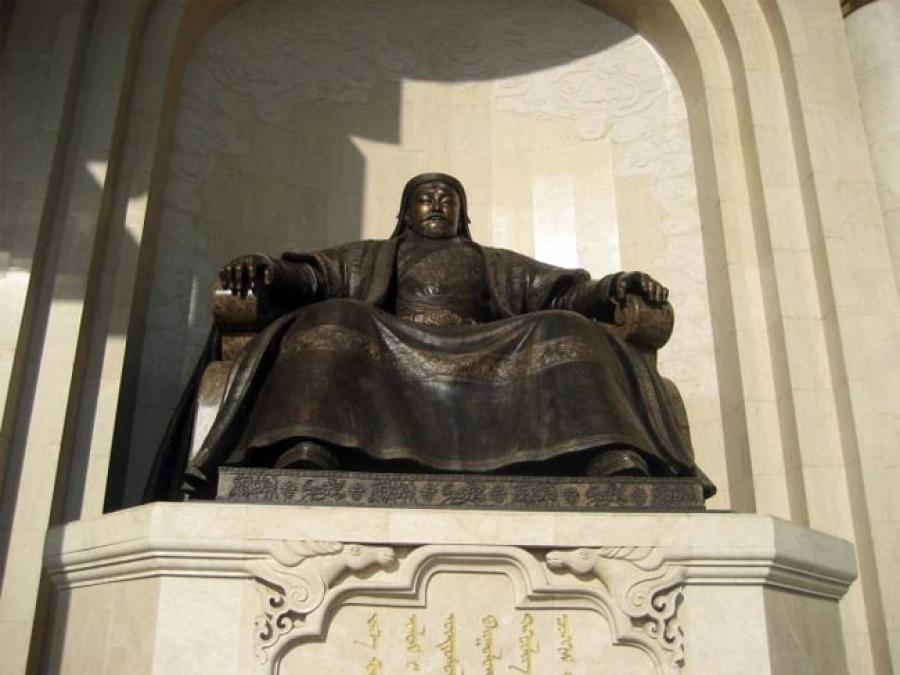 Чингисийн хөшөөнд цэцэг өргөнө