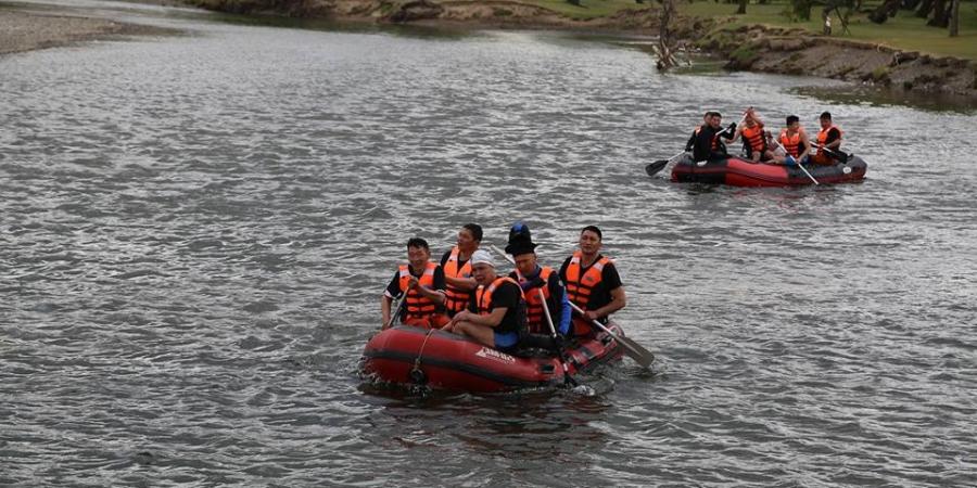 Гурван настай хүүхдийг голд урсаж байхад нь аварчээ