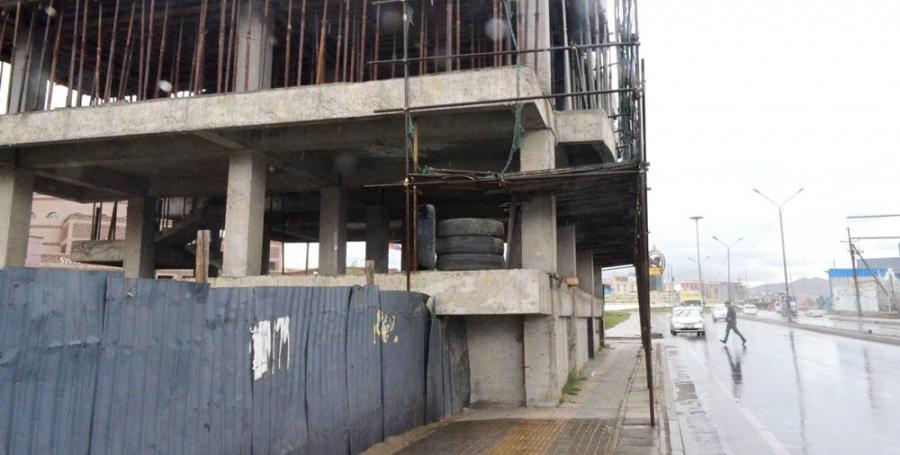 Явган хүний зам хааж барьсан барилга, хашааг буулгана