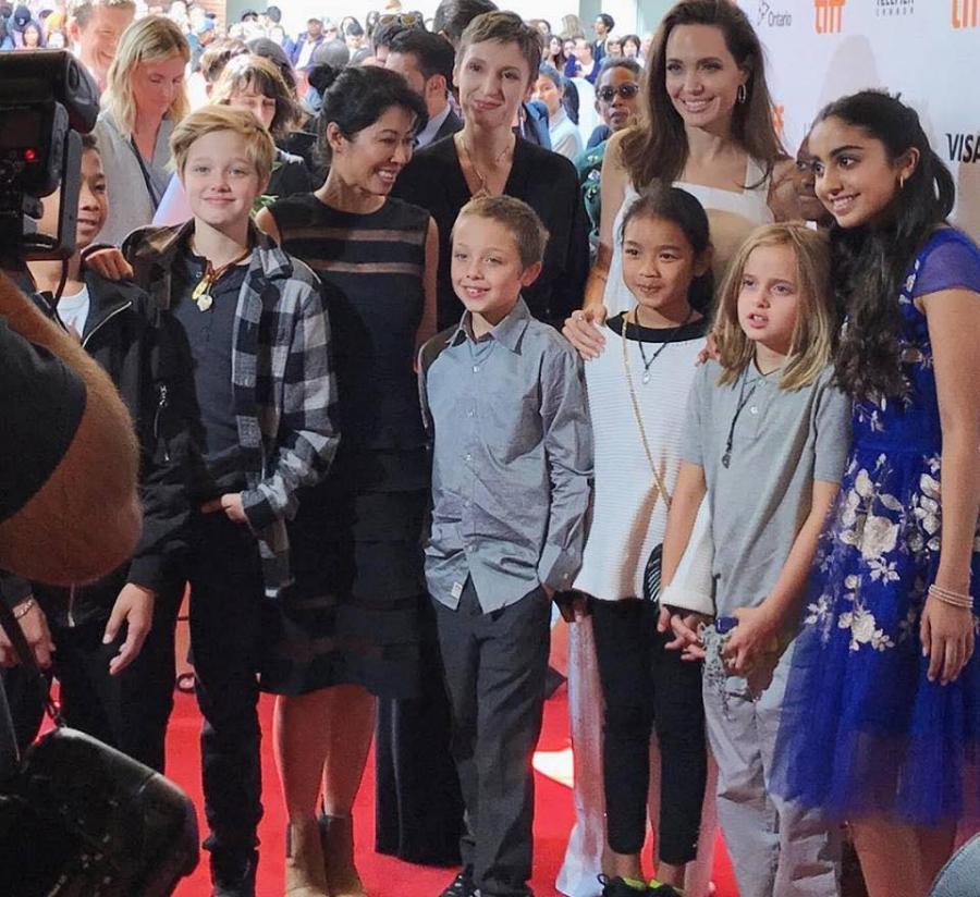Анжелина Жоли хүүхдүүдийн хамтаар улаан хивснээ алхлаа