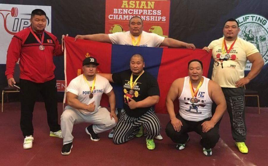 Пауэрлифтингийн тамирчид медалийн хур буулгажээ