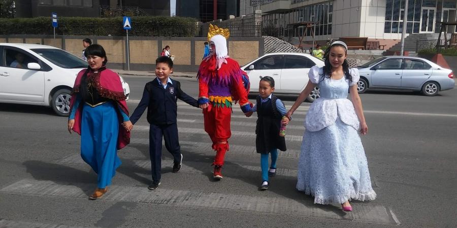 Хүүхэлдэйн баатрууд сурагчдыг зам гарахад туслав