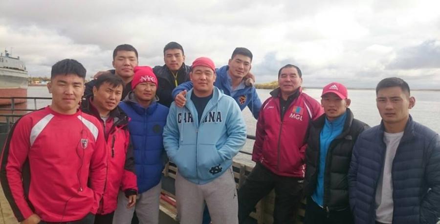 Монгол, Якутын бөхчүүд халз барилдана
