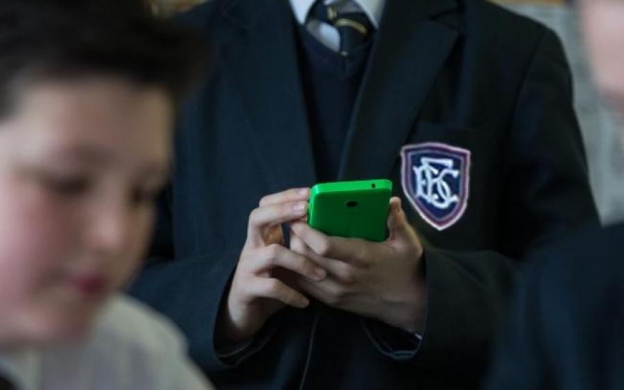 Хүүхдэдээ үнэтэй утас авч өгөх нь гэмт хэрэг, зөрчлийн хохирогч болгох эрсдэлтэй
