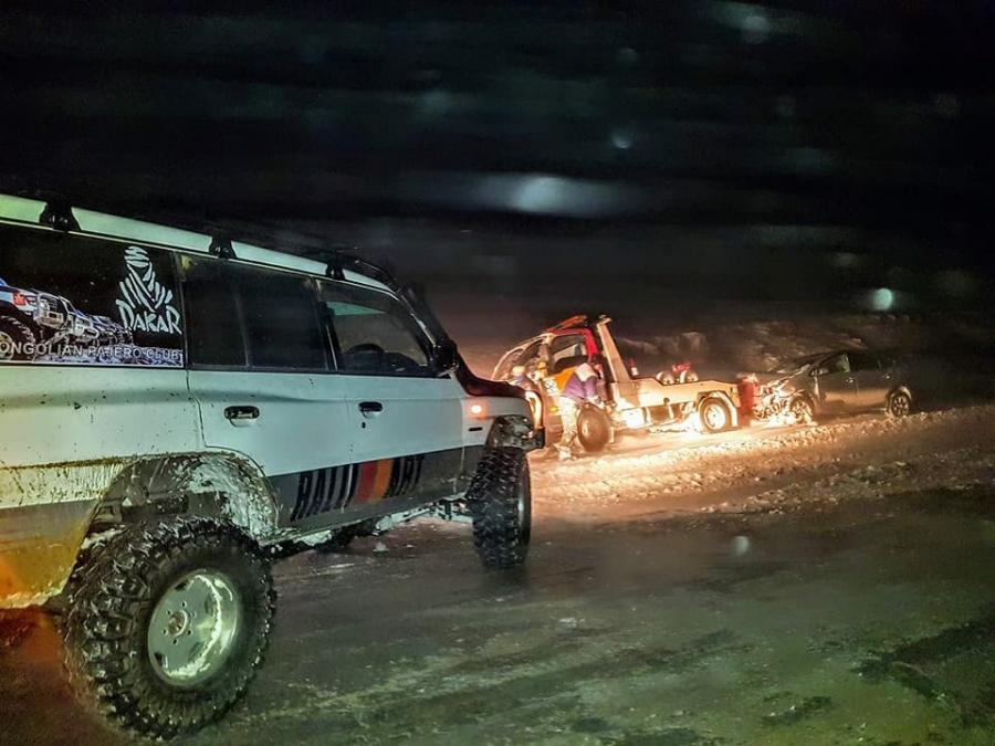 Урд шөнө 40 гаруй автомашин цасанд боогджээ