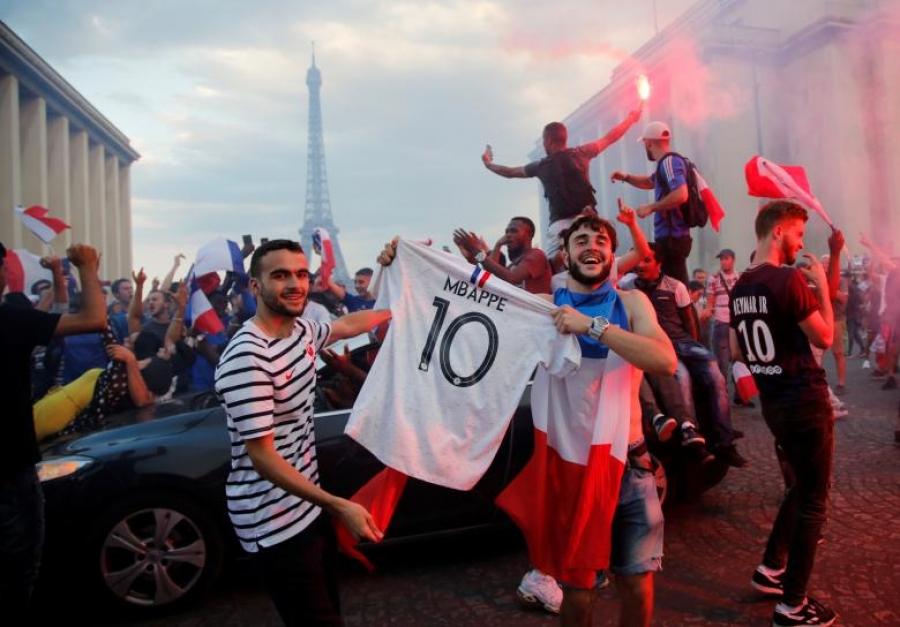 ФОТО: Францын хөгжөөн дэмжигчид ялалтын баяраа тэмдэглэв