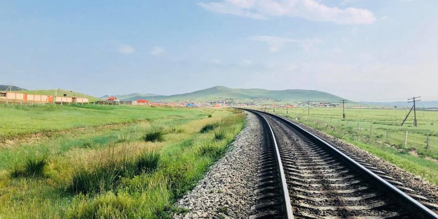 Хүүхдүүд галт тэрэгний зам дээр чулуу тавих зөрчил гарсаар байна