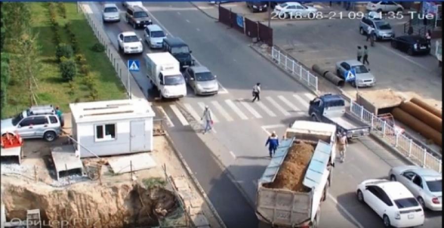 Хүүхдээ тэвэрч гарцаар гарч явсан эмэгтэйг мөргөсөн жолоочид хариуцлага тооцов