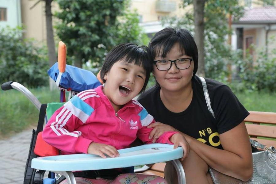 Амьдралд хайртай ээж өвчтэй охиныхоо төлөө амсхийх завгүй зүтгэж явна