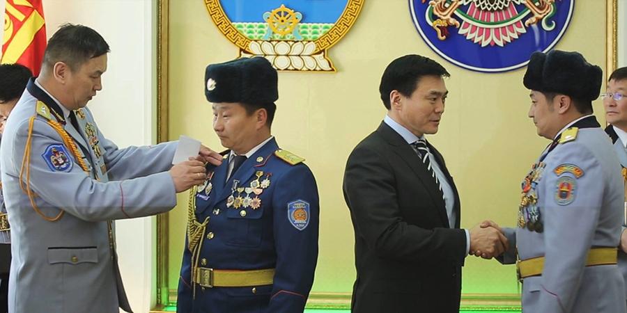 Тэргүүний офицер, ахлагч, ажилтан албан хаагчдыг шагнаж урамшууллаа