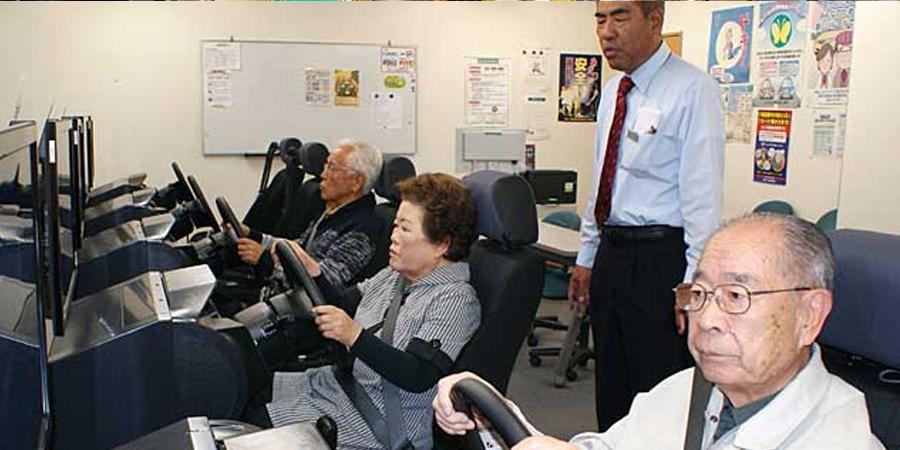 Японы өндөр настнууд жолооны үнэмлэхээ хураалгажээ