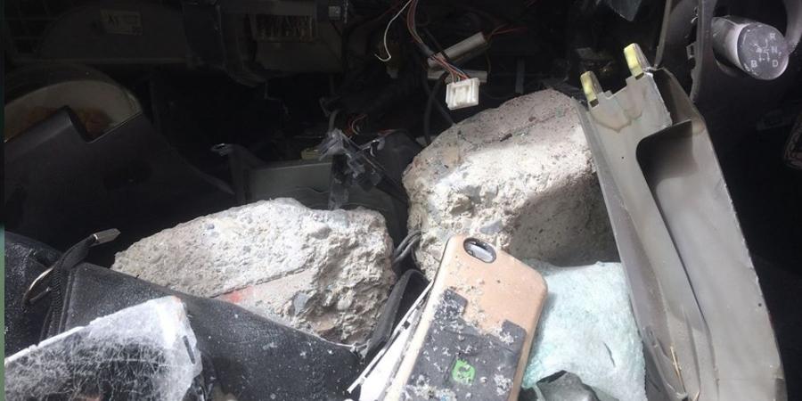 Барилга дээрээс чулуу унаж, машин сүйтгэж хүн бэртээв