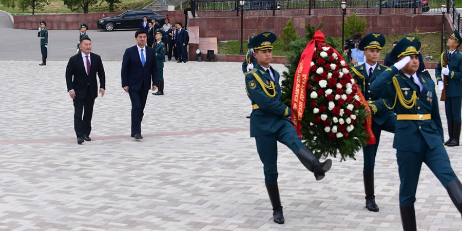 """Монгол Улсын Ерөнхийлөгч Х.Баттулга """"Ата-Бейит"""" хөшөөнд цэцэг өргөх ёслолд оролцов"""