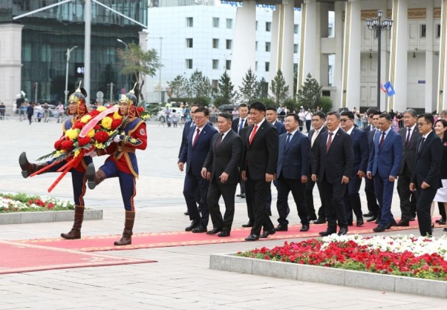 Сүхбаатарын хөшөөнд цэцэг өргөж, Чингис хааны хөшөөнд хүндэтгэл үзүүллээ