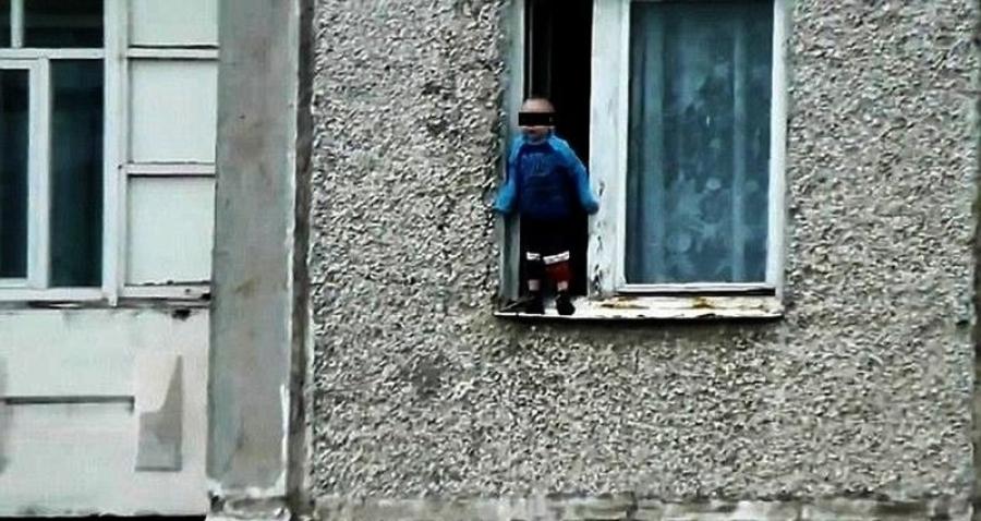 Гэртээ цоожлогдсон хүү өндрөөс унах гэж байсныг аварчээ