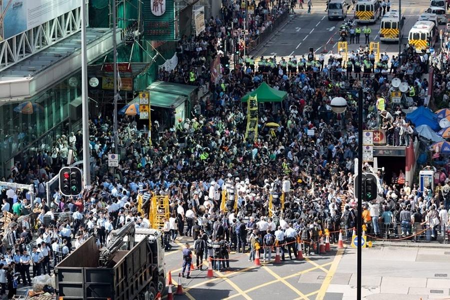"""Хонконгод """"Нүүрээ халхлахыг хориглох журам""""-ыг мөрдөж эхэлжээ"""