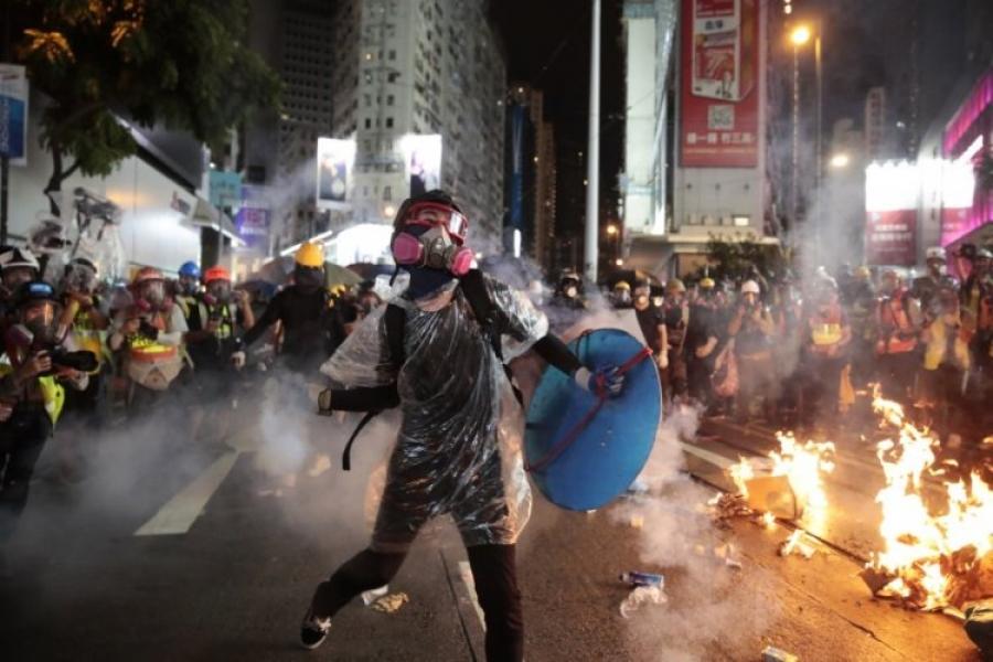 """Хонгконгийн их сургууль """"дайны талбар"""" болж хувирав"""