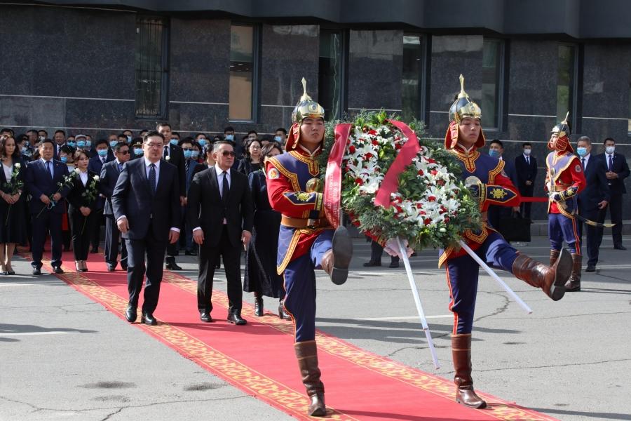 Ерөнхийлөгч Х.Баттулга Хэлмэгдэгсдийн хөшөөнд цэцэг өргөж, хүндэтгэл үзүүлэв