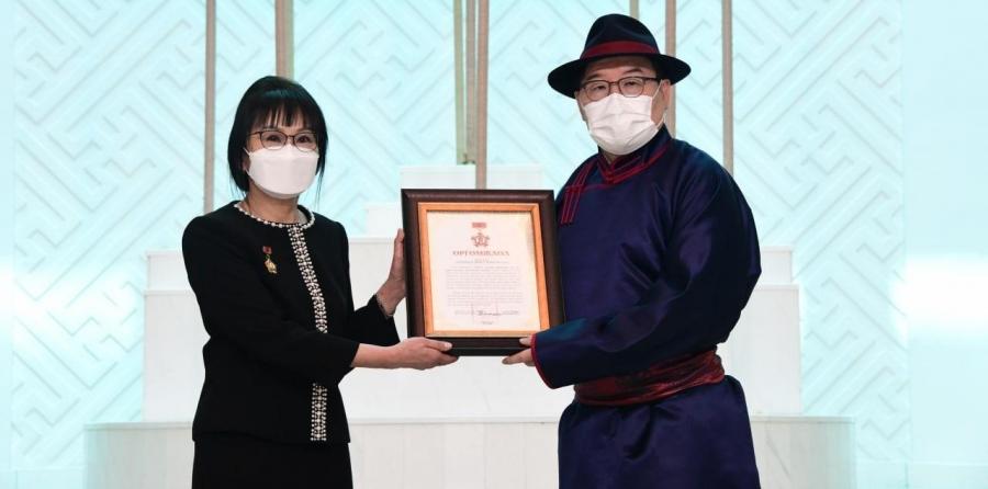 Монгол Улсын гавьяат хуульч Ц.Сарантуяад Б.Чимидийн нэрэмжит шагнал хүртээлээ
