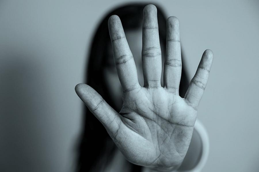 Хүчирхийллийн хажуугаар чимээгүй өнгөрдөгөө больё