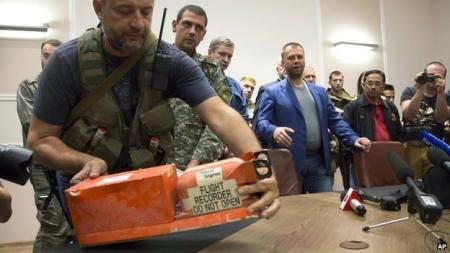 Украйнд осолдсон онгоцны хар хайрцагийг Малайзын шинжээчдэд хүлээлгэн өглөө