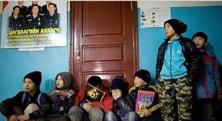 Гудамжаар гэр хийж явсан 72 хүүхдийг асран хамгаалагчид нь хүлээлгэн өглөө
