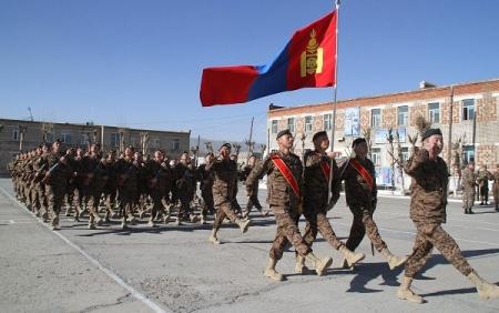 Улаан талбайд Монгол Улсын тугийг ахлах дэслэгч Ж.Баярцогт залж алхана