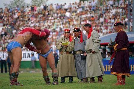 Монгол бөхийн маргааныг яагаад камераар шүүж болохгүй гэж
