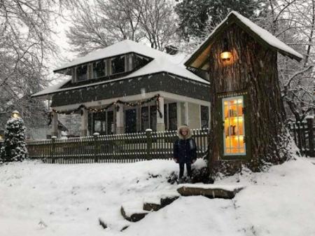 ФОТО: 110 жилийн настай модыг номын сан болгожээ